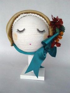 Capota para niña en sinamay con flor preservada 1 Luisa Gala