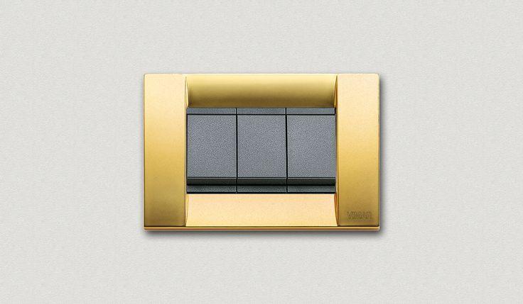 16733.33 Vimar serie civile Idea con tasti grigi e placca classica metallo oro opaco. Scegli la finitura della placca adatta al colore della tua stanza con l'applicativo http://www.faiilpunto.it