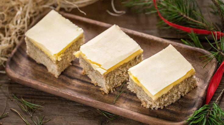 Někdo na Vánoce peče jen cukroví a vánočku, někdo přidá i štrúdl a biskupský chlebíček. U nás se odjakživa pečou i ořechové řezy se žloutkovou polevou. Dáte si s námi i vy?