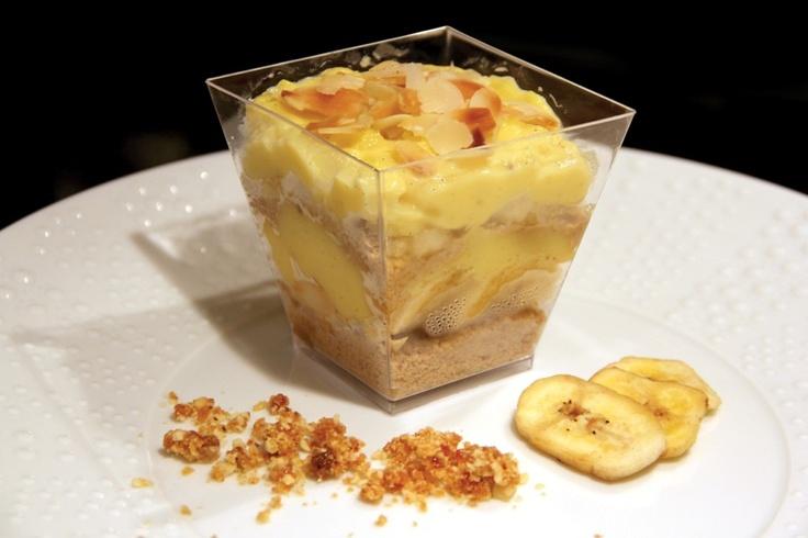 Trifle μπανάνα-μπισκότο (Φρουτώδης και ελαφριά γεύση σε ποτήρι, φτιαγμένη από στρώσεις λαχταριστής χειροποίητης κρέμας, με μπανάνες και τραγανό μπισκότο, βουτηγμένο σε κονιάκ. )