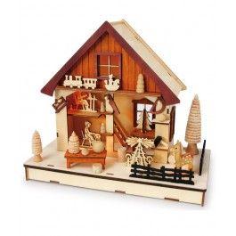 Surprinde-o cu o decoratiune din lemn -  Casuta din padure, un cadou de Craciun pentru femei dupa zodie care sa-i orneze sufrageria in spiritul sarbatorii.