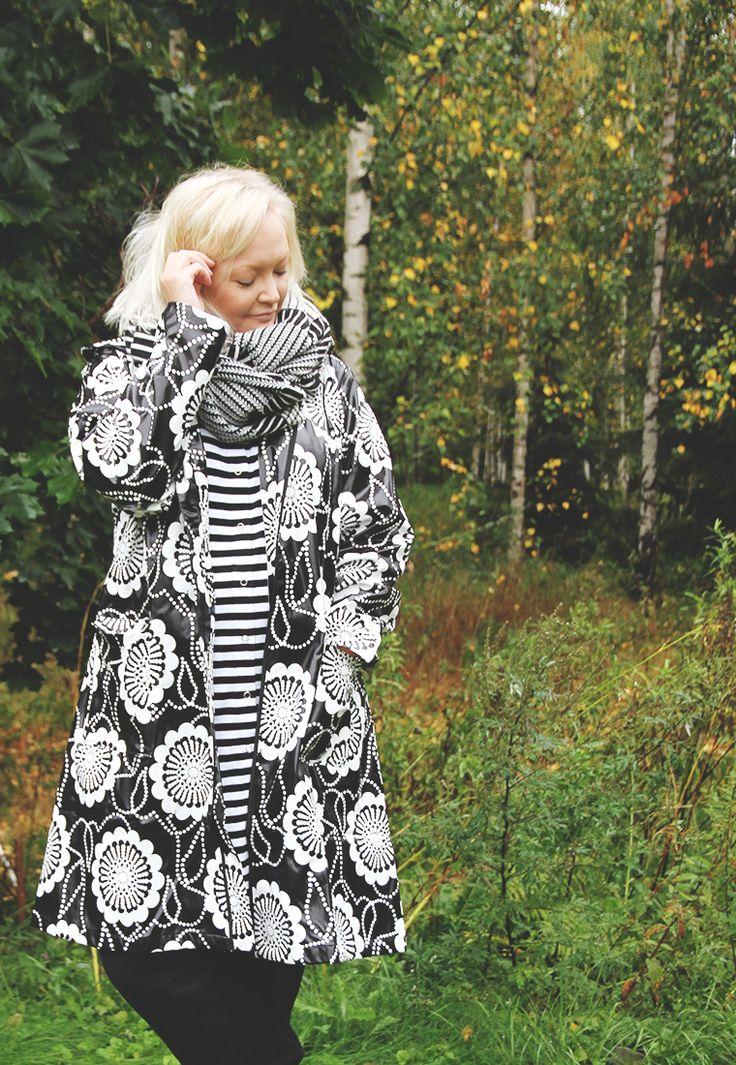 Hunajaista Riikka wearing Nanso rain coat. That's the raincoat I wished for so long time! Design by Paula Suhonen (IVANAHelsinki)