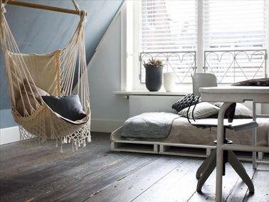 lit en palette bois dans chambre étudiant