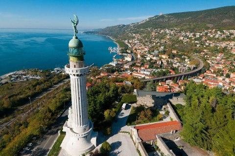 Trieste: Faro della Vittoria (lighthouse) overlooking the bay.