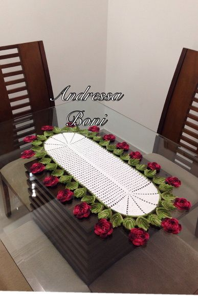 lindo caminho de mesa feito em Linha Duna Flores e folhas R$ 140,00