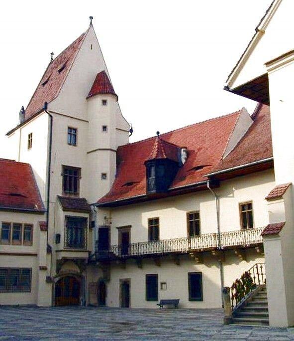 Muzeul de Istorie Sibiu este adapostit de o cladire care este un important monument de arhitectură gotică, al cărui nucleu l-a constituit casa primarului Thomas Altemberger. Expoziţia de bază (permanentă) a Muzeului Naţional Brukenthal - Muzeul de Istorie Casa Altemberger Sibiu, este complet reorganizată în momentul de faţă.