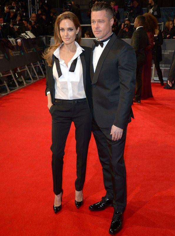 Angelina Jolie y Brad Pitt aparecieron juntos, sonrientes y ambos con esmoquin en blanco y negro: ella de Saint Laurent y él de Valentino.