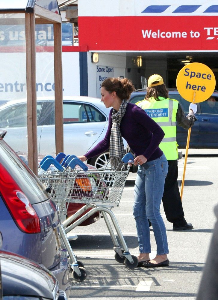 Kate Middleton Photos: Kate Middleton at Tesco Supermarket