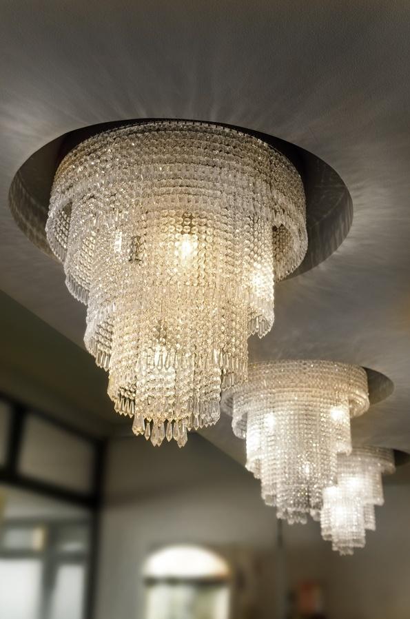 Per una luminosità sfavillante un lampadario con gocce di cristallo è l'ideale. Il gioco di riflessi e sfumature cromatiche proietta straordinari motivi di luce e ombra in tutte le superfici. Disposti a ripetizione creano un effetto decisamente scenografico