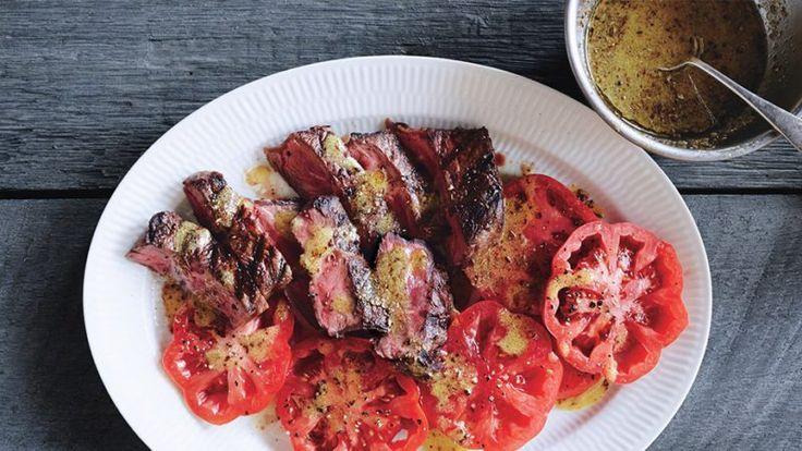 Стейк с помидорами и соусом винегрет Хотите сделать стейк ещё вкуснее? Приготовьте к нему соус винегрет с поджаренными семенами кориандра, тмина и фенхеля.