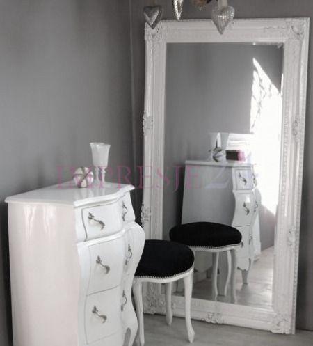 Lustro w drewnianej ramie   A mirror in a wooden frame #lustro #drewno #rama #białe #romantyczne #sypialnia #meble #wystrój #wnętrza #mirror #wooden #frame #white #romantic #bedroom #furniture #interior
