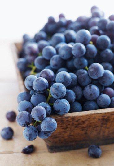 Nalewka z winogron - AROMATYCZNY PRZEPIS - Nalewka z winogron ciemnych wzbogacona o aromat goździków i wanilii to pyszna propozycja na własnoręcznie robiony alkohol. Lepiej znane i bardziej popularne jest wino z winogron...