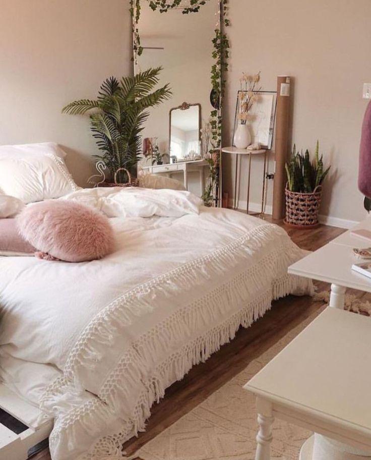 Einfaches, luftiges, schönes böhmisches Schlafzimmer mit üppigem Grün und einer schönen Einrichtung