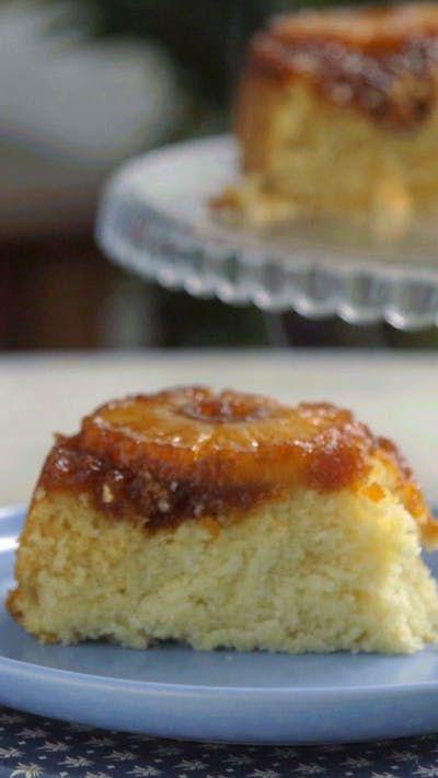 Além de ser lindo esse bolo invertido de abacaxi e coco fica super fofinho e saboroso!