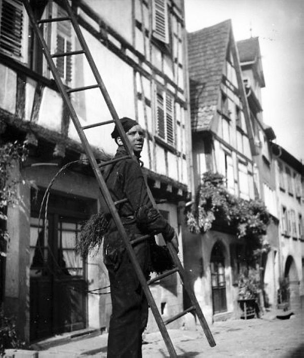 Robert Doisneau - L'Alsace //  Ramoneur dans les rues de Riquewihr 1945