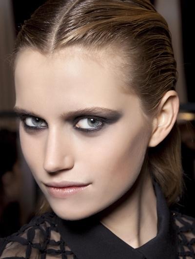Andrew GN A/W 2012  Hieronder het accent alleen op de ogen, door een dramatische smokey eye, met grijze oogschaduw.
