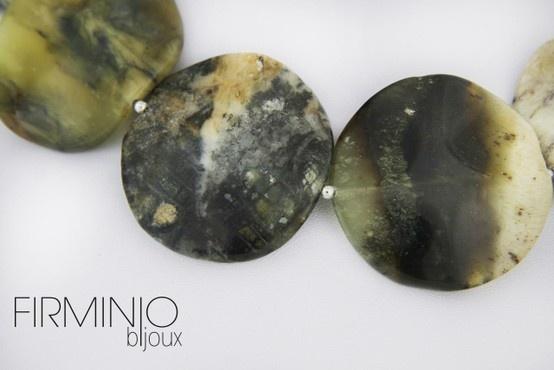 #Girocollo in dischi di #agata gigante ed inserti in #argento -dettaglio. #necklace with #agate and #silver hooks. - detail. $123