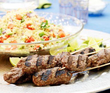 Tunisiska kryddiga lammfärsspett med smak av koriander, kanel och spiskummin. Till spetten har du en aptitlig couscoussallad med rödlök, röd chili, gurka och tomat. Servera tillsammans med grekisk yoghurt och finskuren mynta.