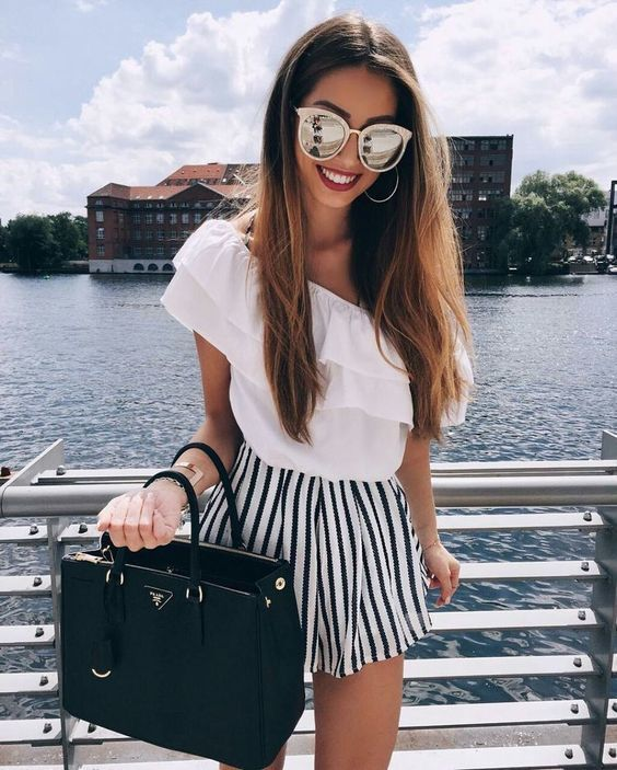 Choisis pour le confort dans un top à épaules dénudées à volants blanc et un short à rayures verticales blanc et noir.