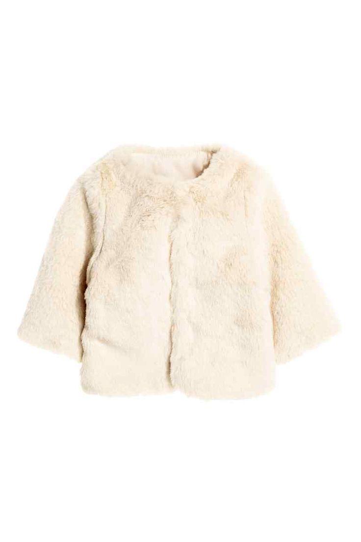 Bunda z umělé kožešiny: MALÉ DĚTI EXKLUZIVNĚ. Bunda z měkké, chlupaté umělé kožešiny. Má skryté přední zapínání a dlouhý rukáv. S podšívkou.
