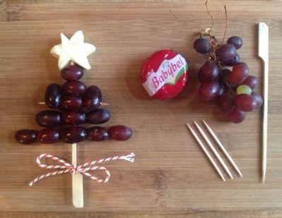 fruit en kaas voor het kerstontbijt op school leuk als traktatie - healthy xmas treat #bentobox easy idea with grapes and a babybell more on...