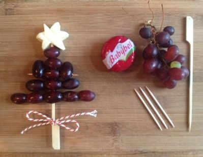 fruit en kaas voor het kerstontbijt op school leuk als traktatie - healthy xmas treat #bentobox easy idea with grapes and a babybell more on...
