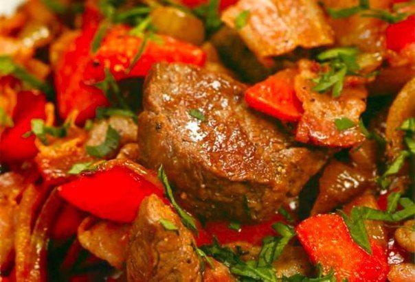 Мясо тушеное с шампиньонами и сладким перцем (свинина, шампиньоны, сладкий перец, лук, морковь, томат.паста, зелень, специи)