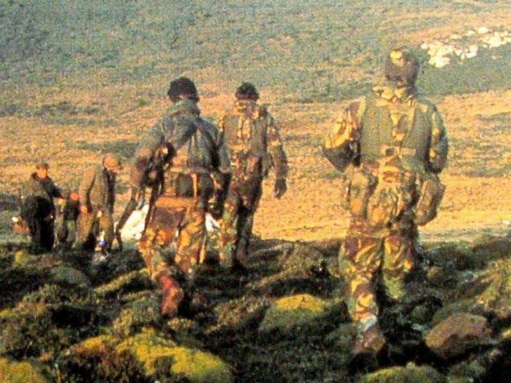 """Foto rara y muy poco conocida pues en ella aparecen Special Forces británicas ...SAS o SBS....la foto dice asi """"....""""Justo antes de los desembarcos principales en San Carlos, el FO1 y una patrulla de los SBS neutralizó a una compañia de artillería pesada argentina en Fanning Head y tomó los primeros prisioneros de Malvina Este"""".....sin dudas que se trata de la fracción del Subteniente Reyes cuando termina el combate, el Subteniente Vazquez nos cuenta esta acción """"...El subteniente Reyes y…"""