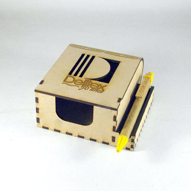 Caja para post-it en madera con logo y porta esfero