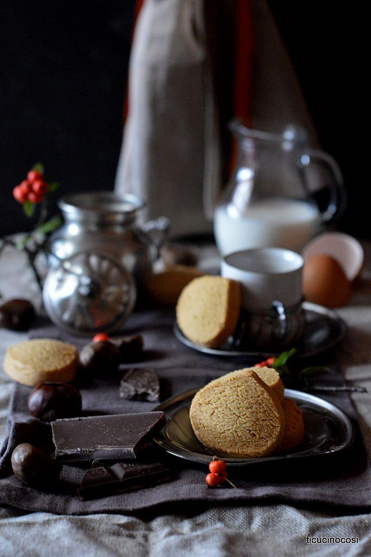 Non amo troppo la farina di castagne concentrata ma in giusta percentuale trovo che dia un sapore unico a certi dolci autunnali come quest...