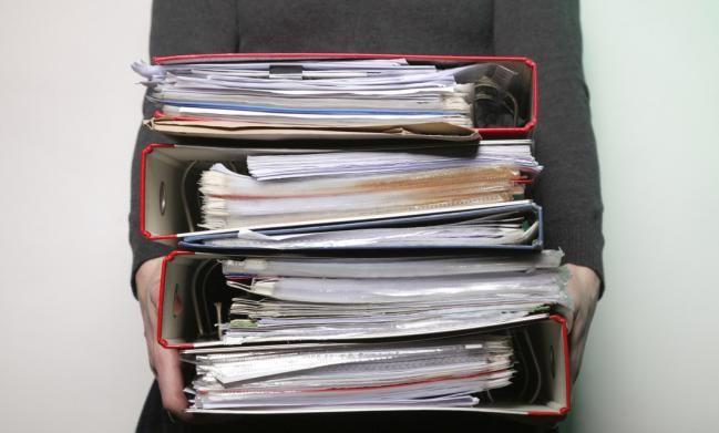 Poner un par de sobrecitos de gel de sílice para evitar que se estropeen documentos. Se puede usar también por ejemplo, para conservar trabajos infantiles