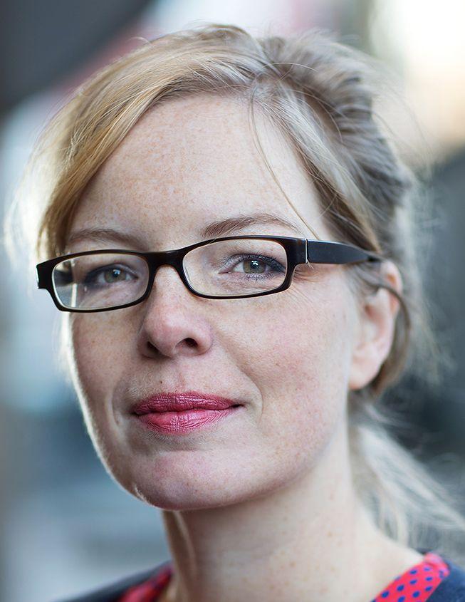 Beatrice de Graaf 19-04-1976 Nederlandse hoogleraar aan de Universiteit Utrecht. Ze treedt regelmatig op in de media als terrorisme-expert. De Graaf studeerde Geschiedenis en Duits aan de Universiteit Utrecht en de Universiteit van Bonn. Sinds juni 2014 is ze lid van de European Council on Foreign Relations. https://youtu.be/8nhR2fjfdio
