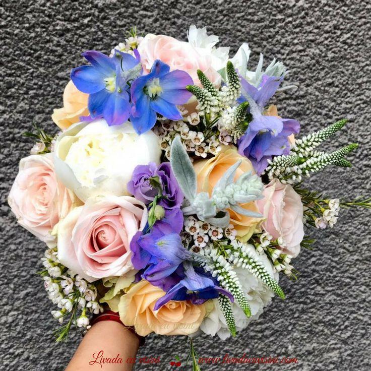 #colors #flowers #wedding #bride #bouquet #madewithjoy #paulamoldovan #livadacuvisini #buchet #mireasa #nasa #cununie #trandafiri #pink #peach #roses #peonies #white #peony #bujori #veronica #waxflower #blue
