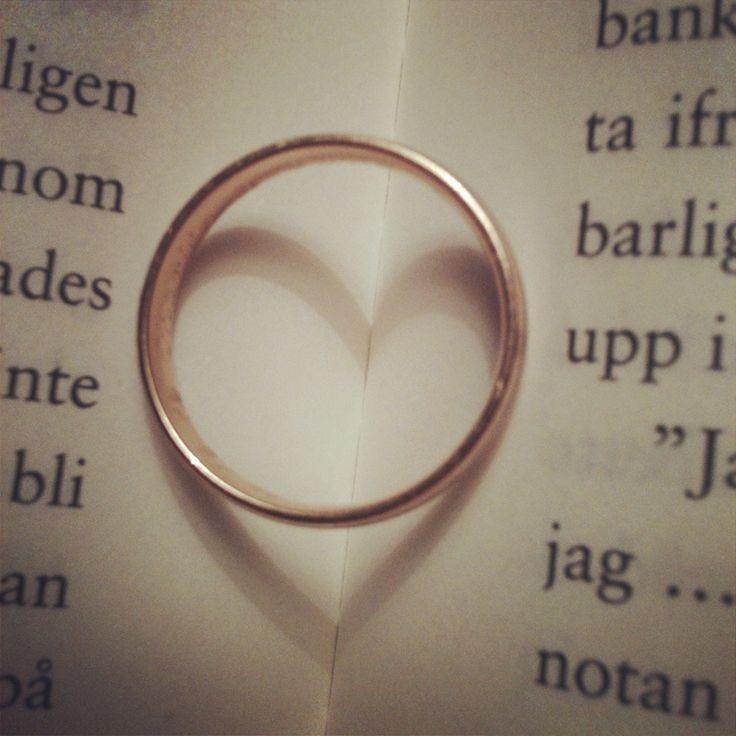 En ring av kärlek visar ständigt på hjärtat av kärleken. #love #wedding #heart