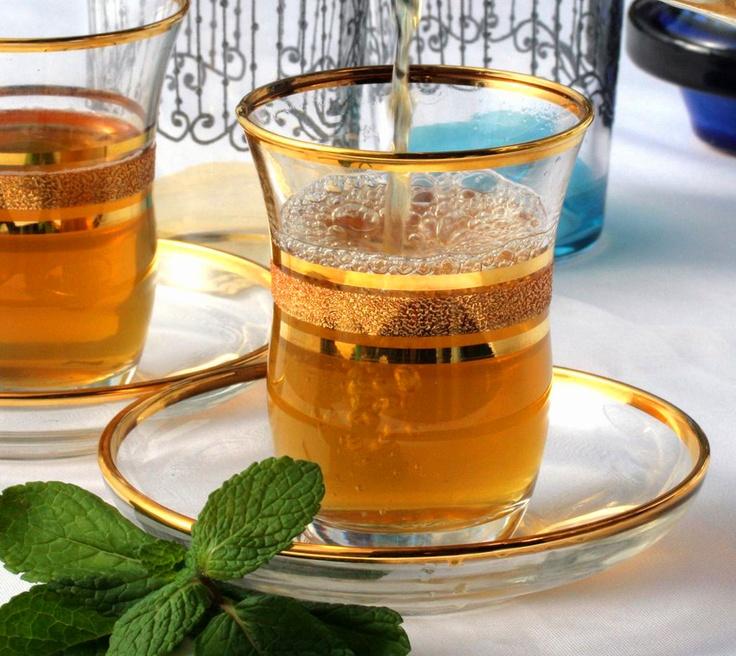 Marokkaanse muntthee.  Eetlepel groene thee. Bosje verse munt.  Beetje honing. Kokend water.