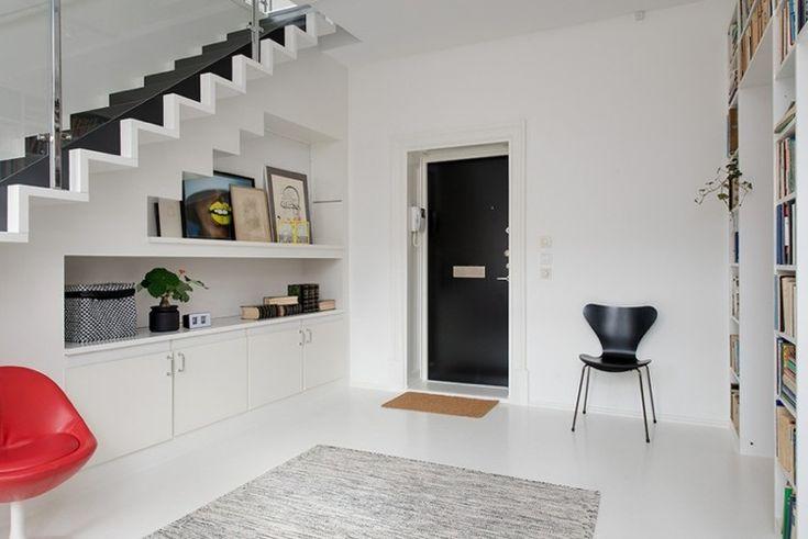 escalier contemporain en noir et blanc aménagé avec des modules de rangement bas et des étagères
