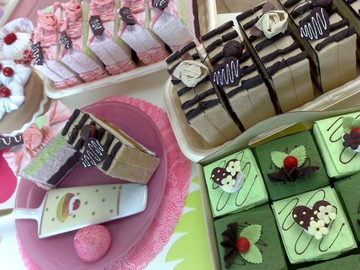 Tranci di torte e cioccolatini che in realtà sono scatoline portaconfetti