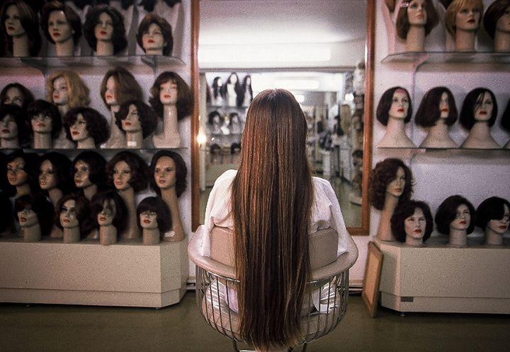 Muito curiosa a foto desta mulher de frente para paredes cheias de cabeças de manequim com perucas em foto de Antônio Milena. Para mostrar que o dia a dia também pode ser um tanto surreal em http://fotografiadiaria.com.br/cenas/antonio-milena-cabelos-cabecas-perucas/