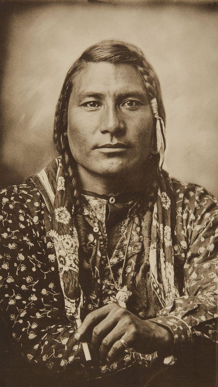 """Smoking Cigarette"" фото Richard Throssel. 1910 год. Крик/Кроу. Stump Horn Bull (Hail Stone или Spotted Horn Bull)."