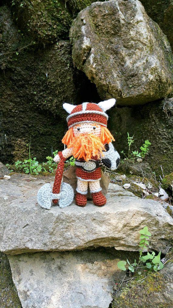 Muñeco bebe vikingo 24 centimetros/ Amigurumi para niños / Ideal para bebes de Vikingos / Hijos de dragones/ Seguidores de Odín / Esta muñeca Vikinga es de las mas grandes en cuanto a tamaño que encontraras, está confeccionada por manos expertas y con lana Española de alta calidad. Es