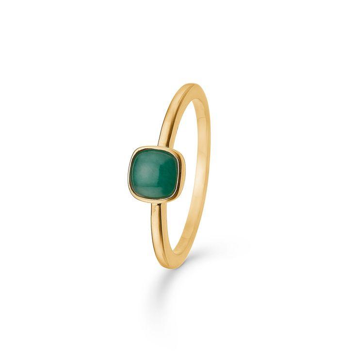 CABOCHON ring i 14 karat guld med smaragd.   Elegant ring, der med sin let afrundede kvadratiske form i samspil med en smuk smaragd giver et farverigt og raffineret udtryk.  CABOCHON ringen er fra Mads Zieglers Gold Label kollektion.