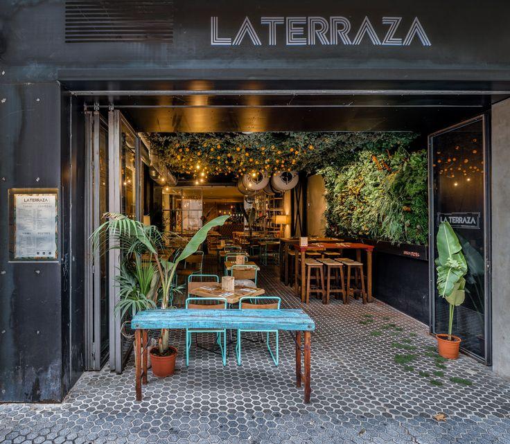 Reforma e interiorismo La Terraza Tapas Bar en Sevilla. ¿Y si pensamos que estamos en el exterior pero no es as? ¿Y si nos inventamos una terraza interior?