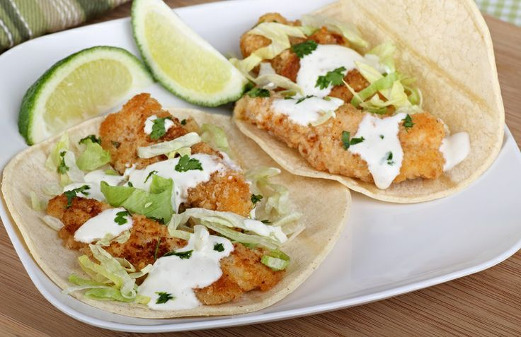 I #Tacos sono tortillas di mais fritte che formano un guscio croccante. Sono ottimi da servire con il pesce fritto, ad esempio orata o merluzzo, aggiungendo insalata e salsa a base di panna acida e lime. #texmex #ricette #cucinedalmondo