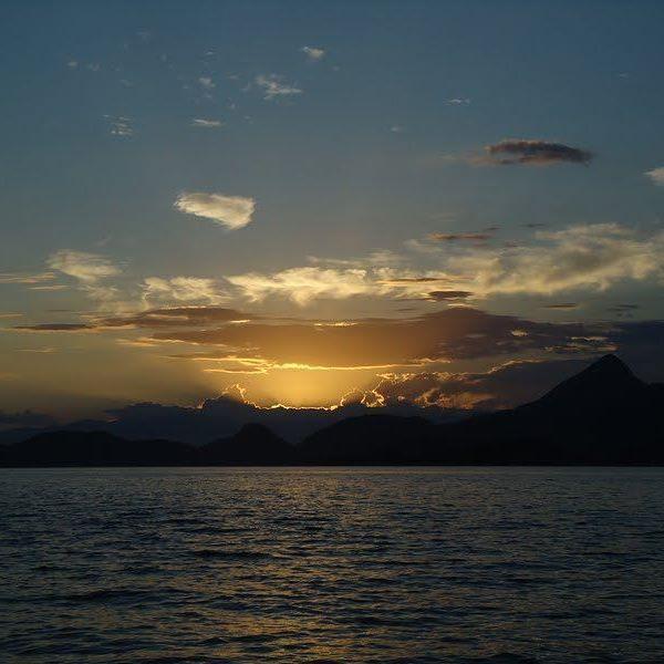 Em um mundo de fotos já tiradas,  eu reencontrei o pôr-do-sol mais lindo ☀ #pordosol #pordosolangra #angradosreis #semfiltro #mar #ceu #minhasfotos