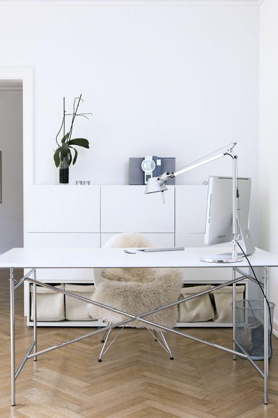 Una silla Brusellas vestida de cordero en escritorio minimalista