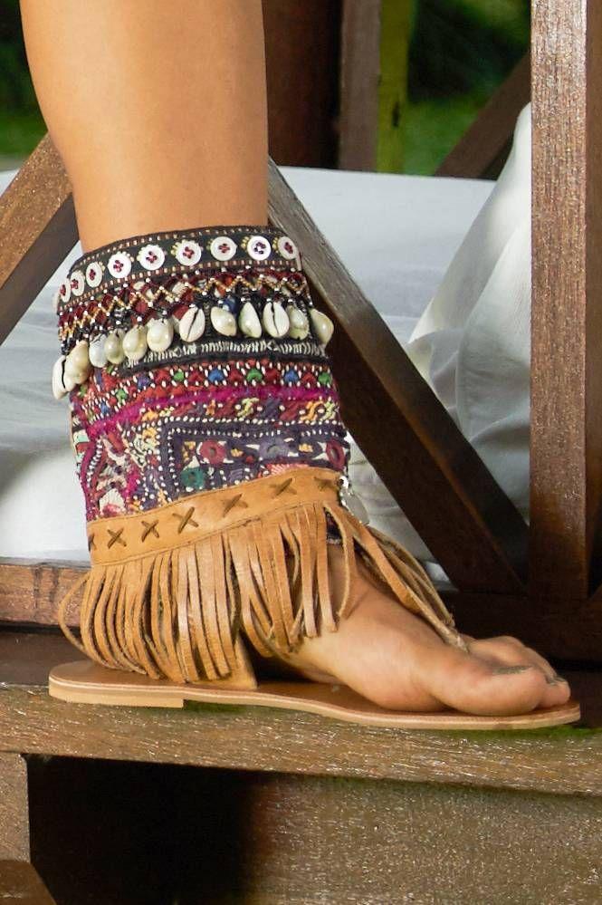 Unieke handgemaakte sandalen van Gado Gado afgezet met schelpjes, kralen en franjes.