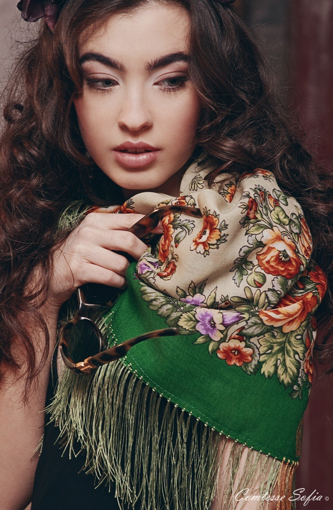 Evening shawls, Russian floral pattern, from Paris, France.  http://www.comtesse-sofia.com/