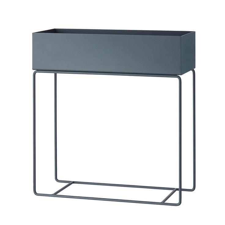 Plant Box sidobord från Ferm Living. En elegant och tidlös box med fina och smala ben i pu...