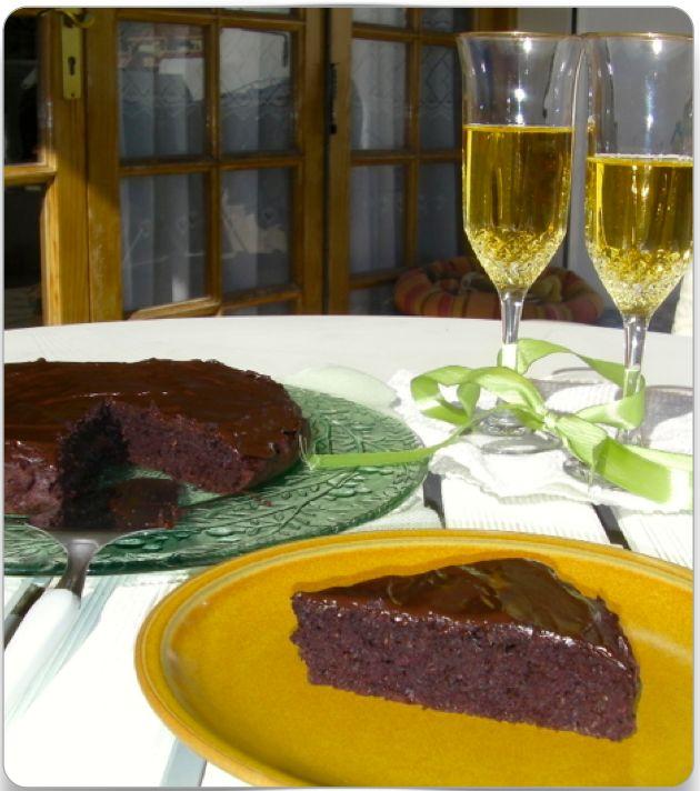 Diciamocelo, chi non ha voglia di gustarsi una bella Torta al Cioccolato ogni tanto (sento già delle voci che dicono 'anche tutti i giorni'). Già, ma il problema è che se vuoi perdere peso, ti stai mettendo in forma o hai un obiettivo fisico, una Torta al Cioccolato non è un alimento sano e intelligente …