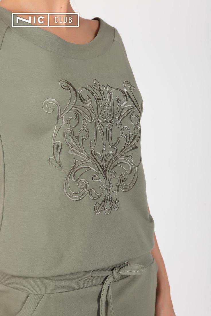 Платье из french terry с вышивкой. Платье прямого силуэта с заниженной линией талии и боковыми карманами. В кулиску из рибаны вставлен трикотажный шнур. Короткие рукава-реглан — с отворотами. Спереди платье украшено вышивкой шелковыми нитками.